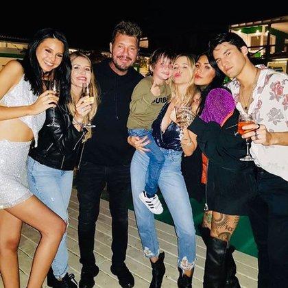 Marcelo Tinelli junto a sus cinco hijos y Guillermina Valdes (Foto: Instagram)