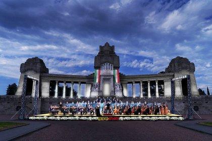 El concierto en la explanada de entrada al cementerio (Foto: Twitter Comune di Bergamo)