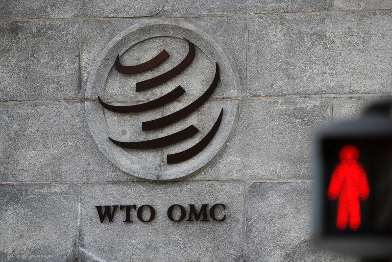 Semáforo en rojo para el comercio, en la fachada de la OMC.  Oct 2, 2018. REUTERS/Denis Balibouse