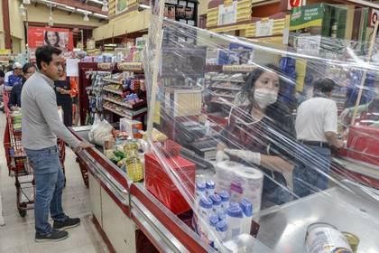 Una cortina de plástico para evitar la propagación del coronavirus en una tienda de Toluca, en México. (MARIO VAZQUEZ / AFP)