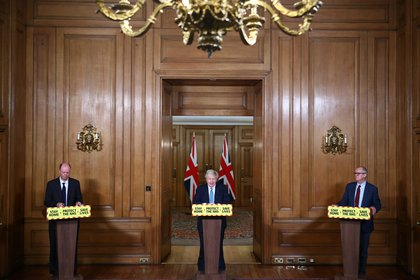 Boris Johnson con Chris Witty y Patrick Vallance. Foto: REUTERS/Hannah McKay/Pool