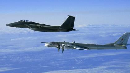 Un cazabombardero estadounidense F-15C intercepta a un bombardero y avión de reconocimiento Tupolev Tu-95 en las afueras de la costa de Alaska (Archivo de la Fuerza Aérea de Estados Unidos)