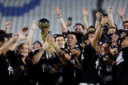 Jugadores de Olimpia celebran con el trofeo de campeón al ganar la final del torneo Clausura paraguayo al vencer a Guaraní hoy, en el estadio Defensores del Chaco en Asunción (Paraguay). EFE/Nathalia Aguilar