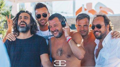 """Salvini durante el """"happy hour"""" en el Papeete Beach, un célebre balneario en Milano Marittina"""