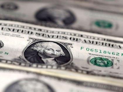 FOTO DE ARCHIVO: Billetes de dólares estadounidenses en esta ilustración del 7 de noviembre de 2016. REUTERS / Dado Ruvic / Ilustración