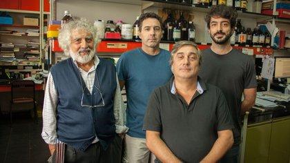 El doctor Luis Alberto Quesada Allué (izq.), jefe del Laboratorio Bioquímica y Biología Molecular del Desarrollo del Instituto Leloir, e integrantes de su grupo, los doctores Martín Pérez, Alejandro Rabossi y Pablo Bochicchio