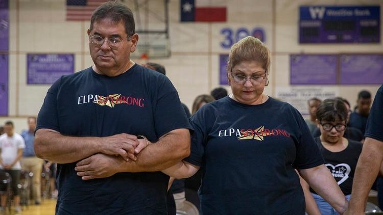 Gilbert y Brenda Anchondo, los padres de Andre Anchondo, durante un memorial en Franklin High School en El Paso, Texas, el sábado 10 de agosto de 2019