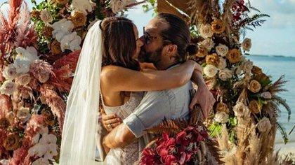 La pareja selló su boda con un romántico beso sobre un altar lleno de flores. Ella lució un flamante vestido blanco con encaje y un velo que llegaba hasta el suelo. Él optó por un look elegante sport: pantalón de gabardina y una camisa arremangada. Además, llevó puestos lentes de sol y un rodete en su cabello. @diegotorresmusica