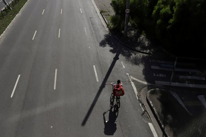 Un trabajador de Rappi por las calles vacías de la ciudad de San Pablo (REUTERS/Rahel Patrasso)
