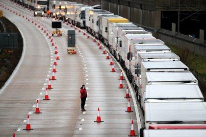 Camiones en cola en la autopista M20 (REUTERS/Peter Cziborra)
