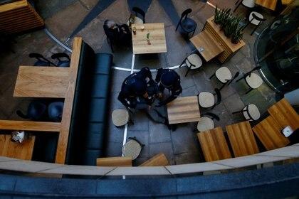La policía retira de un restaurante a un cliente que no usaba mascarilla en Kassel, Alemania (Reuters)