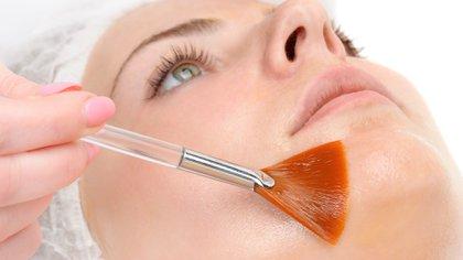 Los meses de otoño e invierno son el momento ideal para someter la piel del rostro a un peeling (Getty)