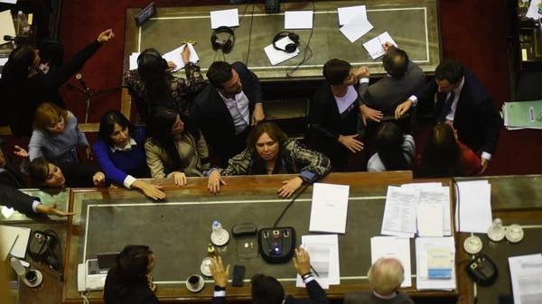 La primera vez que la oposición pidió levantar la sesión, que la presidía Luis Petri