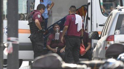 Un efectivo de policía debió ser asistido producto del humo que invadió la zona (Manuel Cortina)