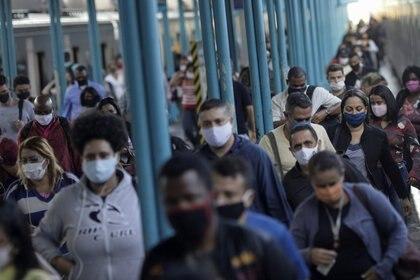 Brasileños con mascarillas para protegerse del coronavirus en Río de Janeiro el 26 de junio de 2020 (REUTERS/Ricardo Moraes)