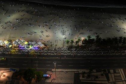 Una vista aérea de la Copacabana  durante la noche de Año Nuevo en Rio de Janeiro, Brasil