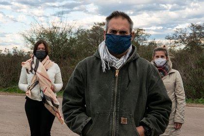 Julian Cedrón, junto a dos vecinas. (Foto: Gastón Taylor)