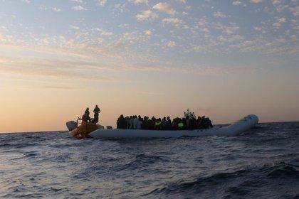 """Una embarcación del buque """"Ocean Viking"""" rescata a una lancha neumática con 94 migrantes y refugiados a bordo en el mar Mediterráneo (MSF/SOS MEDITERRANÉE)"""