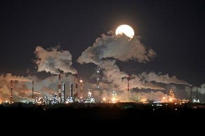 Vista de la refinería petrolera Neft de Gazprom, en noche de luna llena.  Febrero 10, 2020. REUTERS/Alexey Malgavko