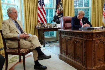 El presidente saliente de los Estados Unidos, Donald Trump, con el líder de la mayoría republicana en el Senado, Mitch McConnell. Foto: REUTERS/Leah Millis