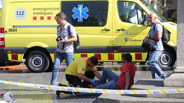 Un miembro de la unidad sanitaria atiende a un herido en Barcelona (AP)