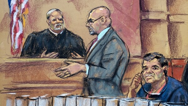"""En este dibujo aparece Joaquín """"El Chapo"""" Guzmán (derecha) mientras escucha a su abogado Eduardo Balarezo (centro) hacer una petición al juez Brian Cohan (izquierda) (EFE)"""