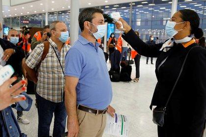 Controles de temperatura a pasajeros en el aeropuertos francés de Orly (REUTERS/Charles Platiau)