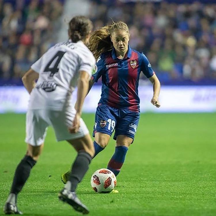 Actualmente, se desempeña en el Levante de la Primera División española (IG: @estefibanini_10)
