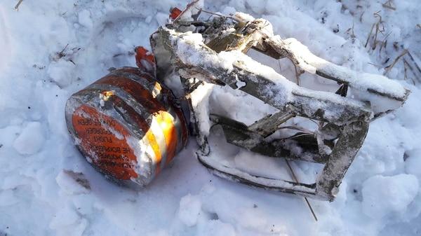 Uno de los pedazos del avión de Saratov Airlines hallados en el lugar del accidente (REUTERS ATTENTION EDITORS – THIS IMAGE WAS PROVIDED BY A THIRD PARTY. NO RESALES. NO ARCHIVES)