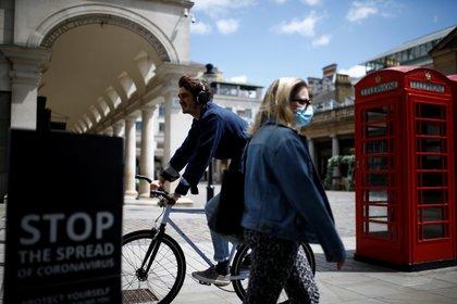 Limitar los anuncios de comida chatarra, detallar las calorías de los menús y montar en bicicleta por prescripción médica son algunas de las medidas del plan del gobierno británico contra el sobrepeso REUTERS/Henry Nicholls