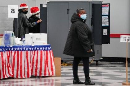 Electores emiten sus votos de manera anticipada en Georgia, donde se definirá el control del Senado en Estados Unidos. Foto: REUTERS/Elijah Nouvelage