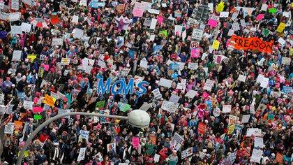 """Las manifestantes llevaban carteles con leyendas como """"Las mujeres no retrocedemos"""" y """"Menos miedo, más amor"""" (Reuters)"""