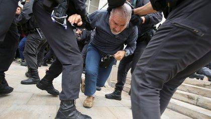 Un hombre es arrastrado por la Guardia Civil (Reuters)