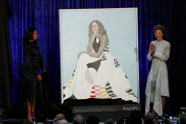 Michelle Obama y la artista Amy Sherald (REUTERS/Jim Bourg)