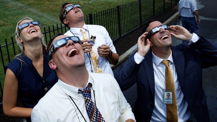 Los anteojos con filtros especiales son ideales para observar cómo se produce el eclipse hasta llegar a su totalidad (Reuters)