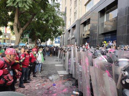 El personal de la SSPC bloqueó el paso de las manifestantes debido a los daños que estaban ocasionando  (Foto: @abismada_)