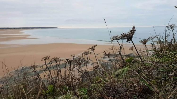 Así es la playa Surtainville donde se encontró uno de los restos