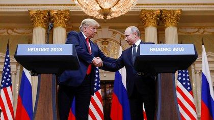 El presidente de los Estados Unidos, Donald Trump, y el presidente de Rusia, Vladimir Putin, se dan la mano durante una conferencia de prensa conjunta después de su reunión en Helsinki, Finlandia, el 16 de julio de 2018 (Reuters)