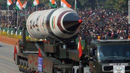 Un misil balístico indio Agni V durante un desfile en el Día de la República, en 2013