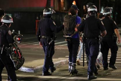 Oficiales de policía detienen a un manifestante en EEUU