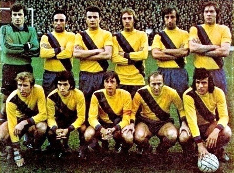 Johan Cruyff, con la cinta de capitán, y Milonguita Heredia, con la pelota, posan con la formación del Barcelona (@Elwood_White)