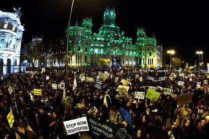 Marcha en la Plaza Cibeles para reclamar mayores medidas a los gobiernos (AFP)