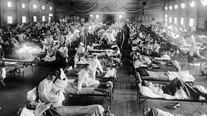 """Imagen de la segunda década del siglo XX, cuando la desmovilización al fin de la Primera Guerra Mundial y cierto ocultamiento inicial facilitaron la epidemia mundial de """"gripe española"""". Hoy la ciencia avanza mucho más rápido"""