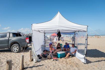 """Una familia armó su gazebo al lado de la camioneta: una práctica repetida en """"La Frontera"""""""