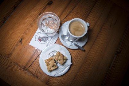 Pastafrola, soda y café, así sirven en El Gato Negro, la tradicional confitería de Av. Corrientes