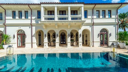La casa se sitúa en un terreno de más de 1.500 metros cuadrados