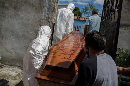 El cuerpo de un fallecido por covid retirado de una casa en Manaos (MICHAEL DANTAS / AFP)