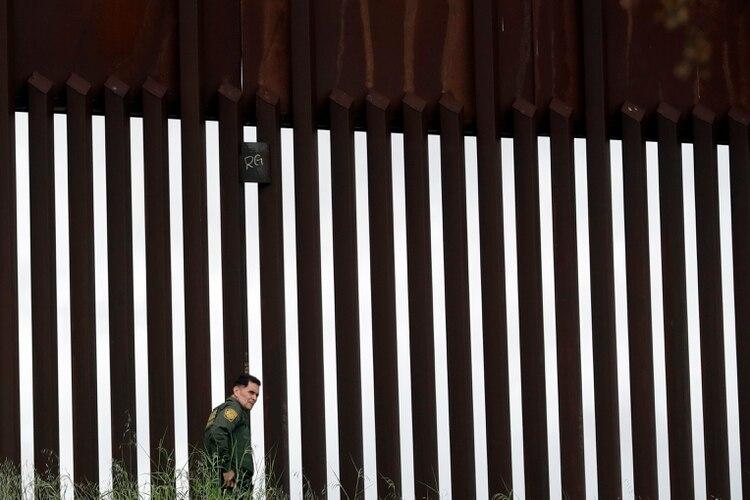 Funcionarios de ambas naciones se reunieron para poder trazar un plan para limitar el paso fronterizo y así no expandir el coronavirus. (Foto: Gregory Bull/AP)