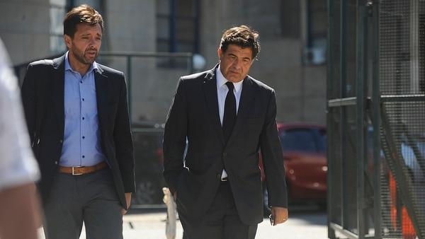 Ricardo Echegaray (derecha) se retira de los tribunales federales de Comodoro Py.