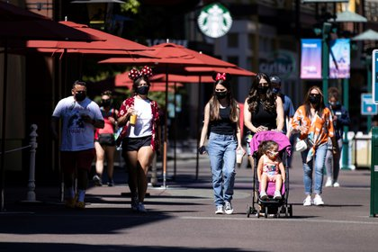 Disneyland Resort abrió este viernes sus puertas tras permanecer cerrado más de un año por la pandemia del coronavirus EFE/EPA/ETIENNE LAURENT
